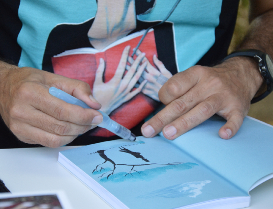Fernando Vicente firmando en la Feria del Libro de Madrid 2015