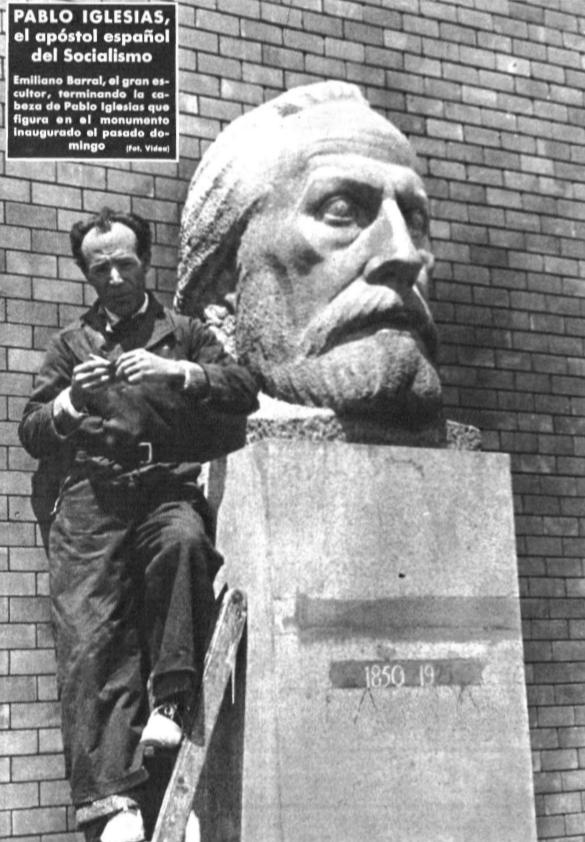 Emiliano Barral ante su escultura de Pablo Iglesias en el Parque del Oeste
