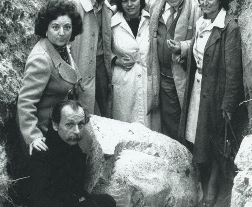 a familia Pradal, Ramón Rubial y Alfonso Guerra ante el busto de Pablo Iglesias