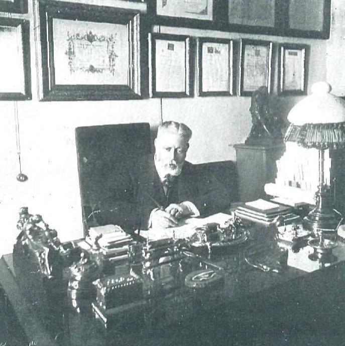 José Grasés Riera en 1914 en su despacho, La Esfera