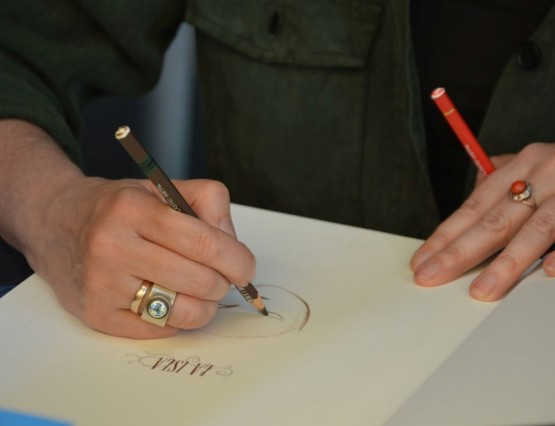 Ana Juan, firmando en la Feria del Libro de 2018
